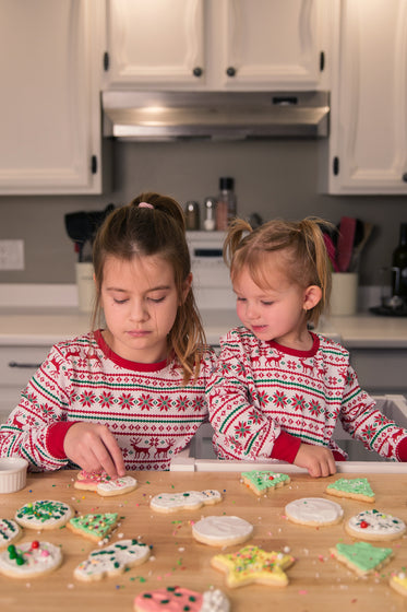 children decorate cookies