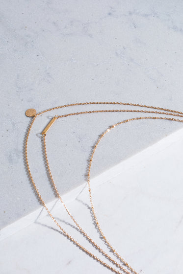 Free Gold Chain Necklace On Corner Photo — High Res Pictures