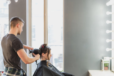 High Res Male Stylist Cutting Hair At Salon Picture — Free Images