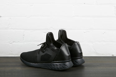 High Res Pair Of Black Sneakers Back Picture — Free Images